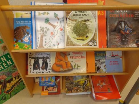 Er worden boeken gelezen over het bos en over de dieren in het bos