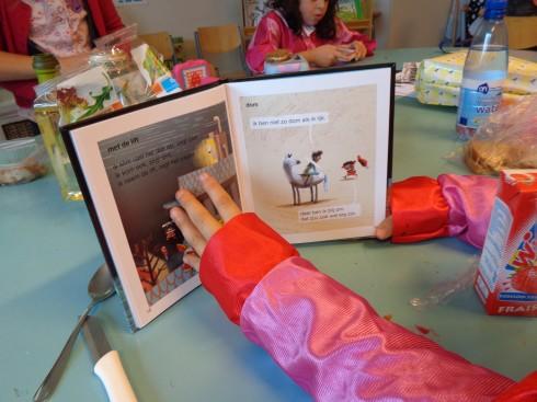 Groep 3 kreeg een boek cadeau dat ze nu zelf al kunnen lezen!